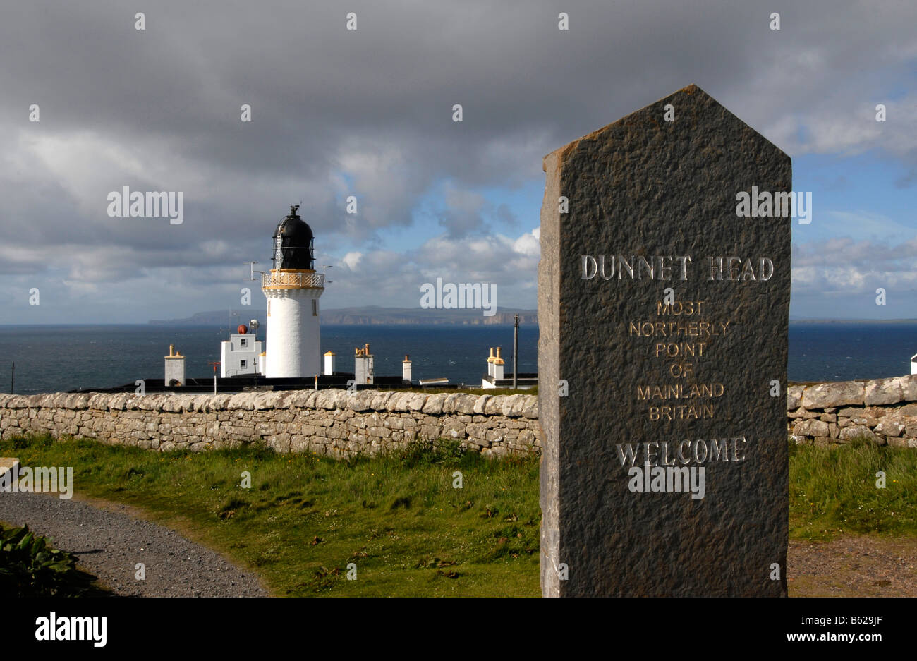 Stone tablet at Dunnet Head, the northern most point of the Scottish mainland, at back a lighthouse from 1832, Scotland, - Stock Image