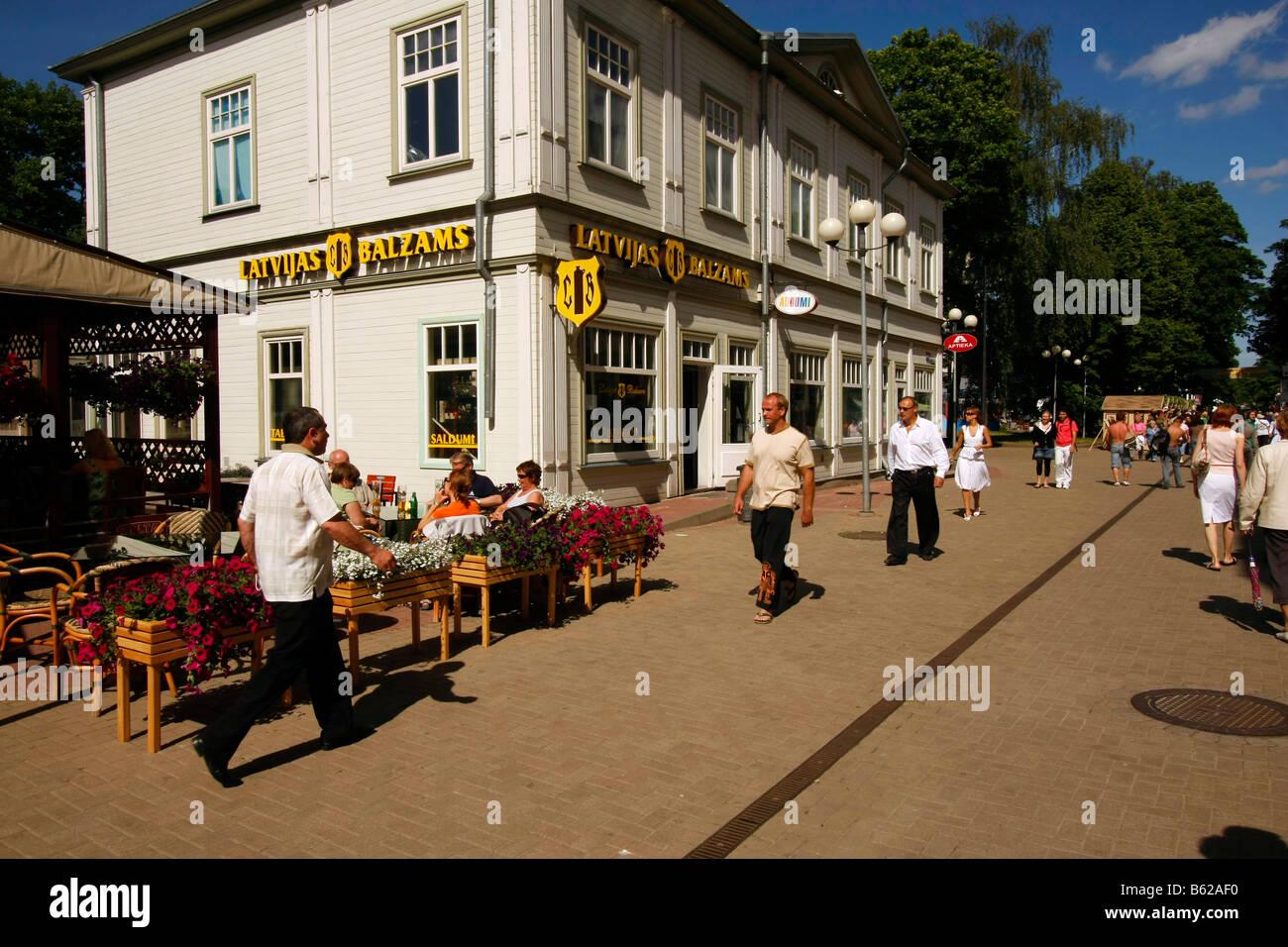 Street cafe in the pedestrian area Jomas iela in Jurmala, Latvia, Baltic Countries - Stock Image