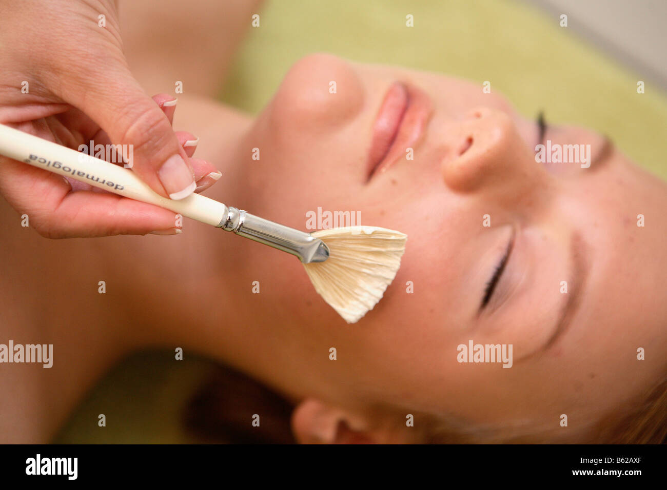 Girl getting a facial in a beauty parlour - Stock Image