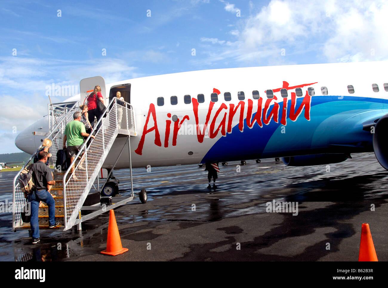 Passengers climbing in Boeing 737 at Bauerfield international airport, Port Vila, Efate island, Vanuatu - Stock Image
