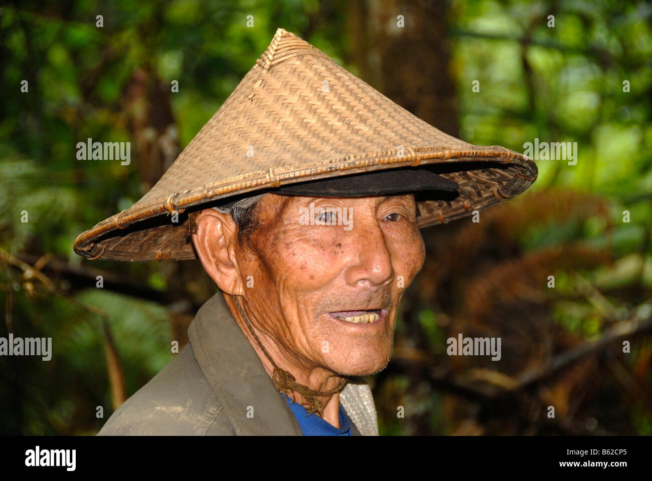 https   c8.alamy.com comp B62CP5 portrait-of-an-old-man-wearing-a-typical- rice-hat-of-the-phunoy-tribe-B62CP5.jpg 2f911f686e6