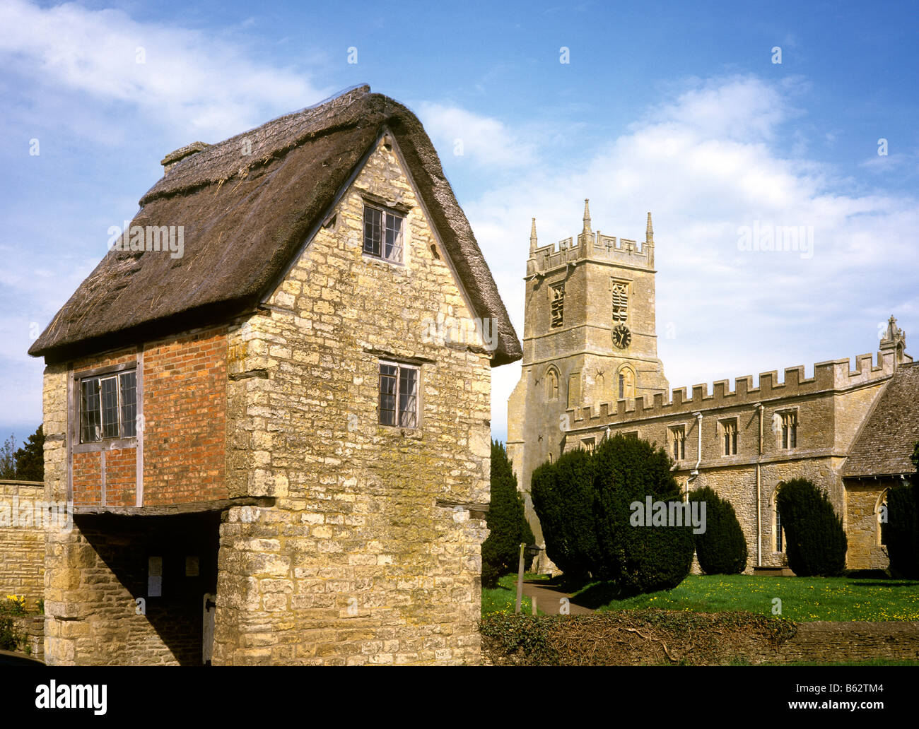 UK England Oxfordshire cotswolds Long Compton Church with unusual timber framed gatehouse - Stock Image