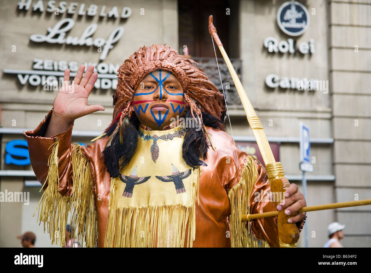 Street entertainer dressed as an American Indian, La Rambla, Barcelona, Spain - Stock Image