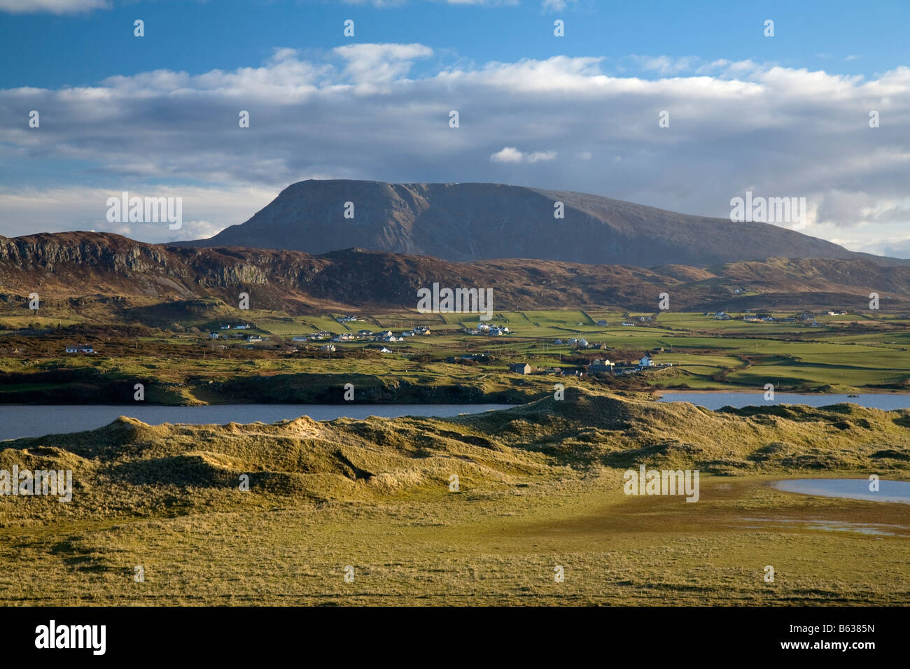 View of Muckish Mountain from the sand dunes of Horn Head. Near Dunfanaghy, County Donegal, Ireland. - Stock Image