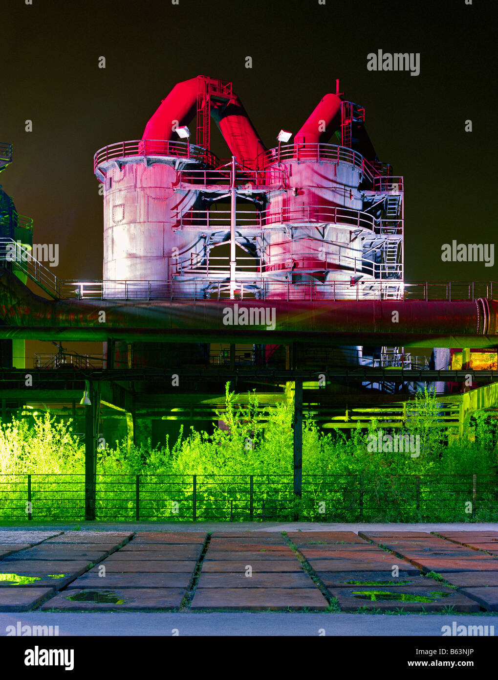 disused steelworks at night Piazza Metallica in the Landschaftspark Duisburg-Nord Meiderich Stahlwerk bei Nacht - Stock Image