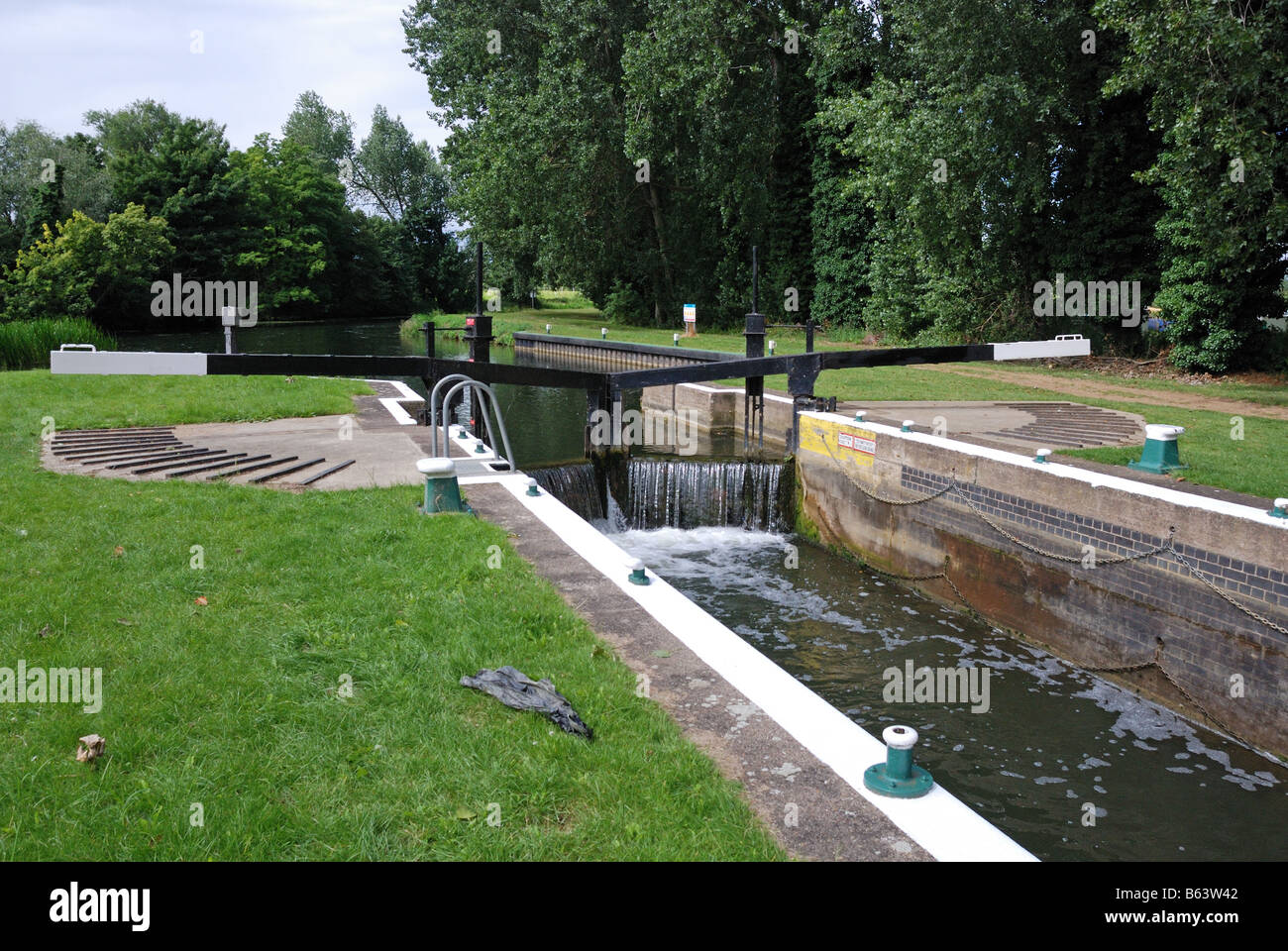 Clifford Hill Lock Lock number 5 This lock on the River Nene has a guillotine gate mechanical lift and this traditional Stock Photo