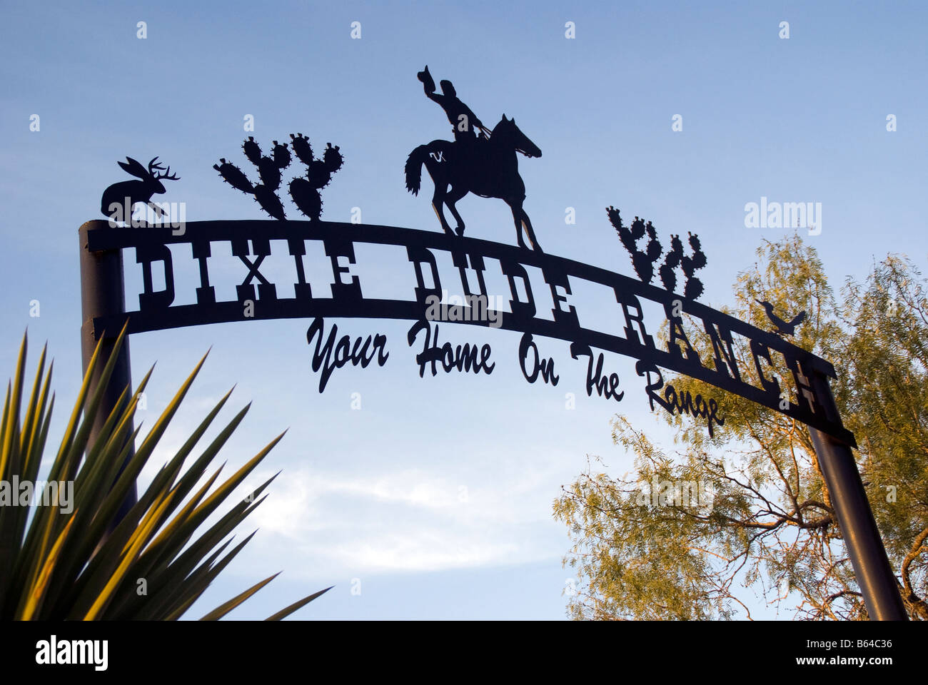 Texas Hill Country, Dixie Dude Ranch, gate sign at entrance to ranch - Stock Image