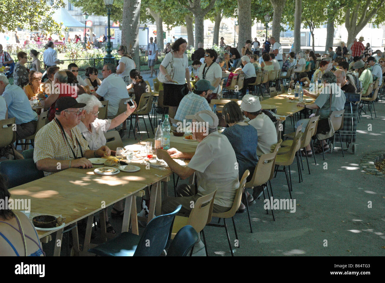 Le festin Rabelais A  GURMET PICNIC FOR 500 THOUSAND GUESTS IN THE Jardins Royaux du Peyrou IN MONTPELLIER FRANCE Stock Photo