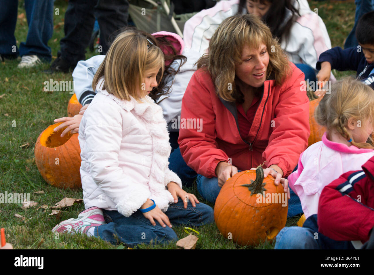 Mother and children carve pumpkins at the 2008 Shenandoah Valley Hot Air Balloon and Wine Festival in Millwood, - Stock Image
