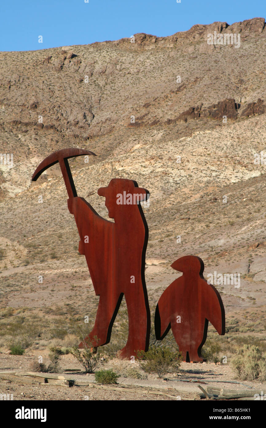 Belgian artist Fred Bervoets's sculpture of former miner Shorty Harris and a penguin. At Rhyolite 'ghost - Stock Image