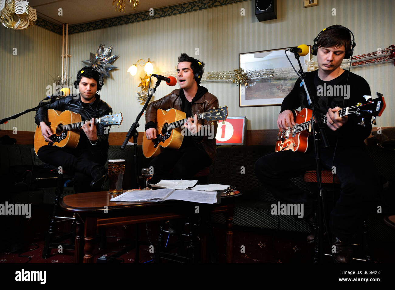 STEREOPHONICS SINGER KELLY JONES WITH ADAM ZINDANI LEFT AND RICHARD JONES RIGHT DURING A SPECIAL PERFORMANCE AT - Stock Image