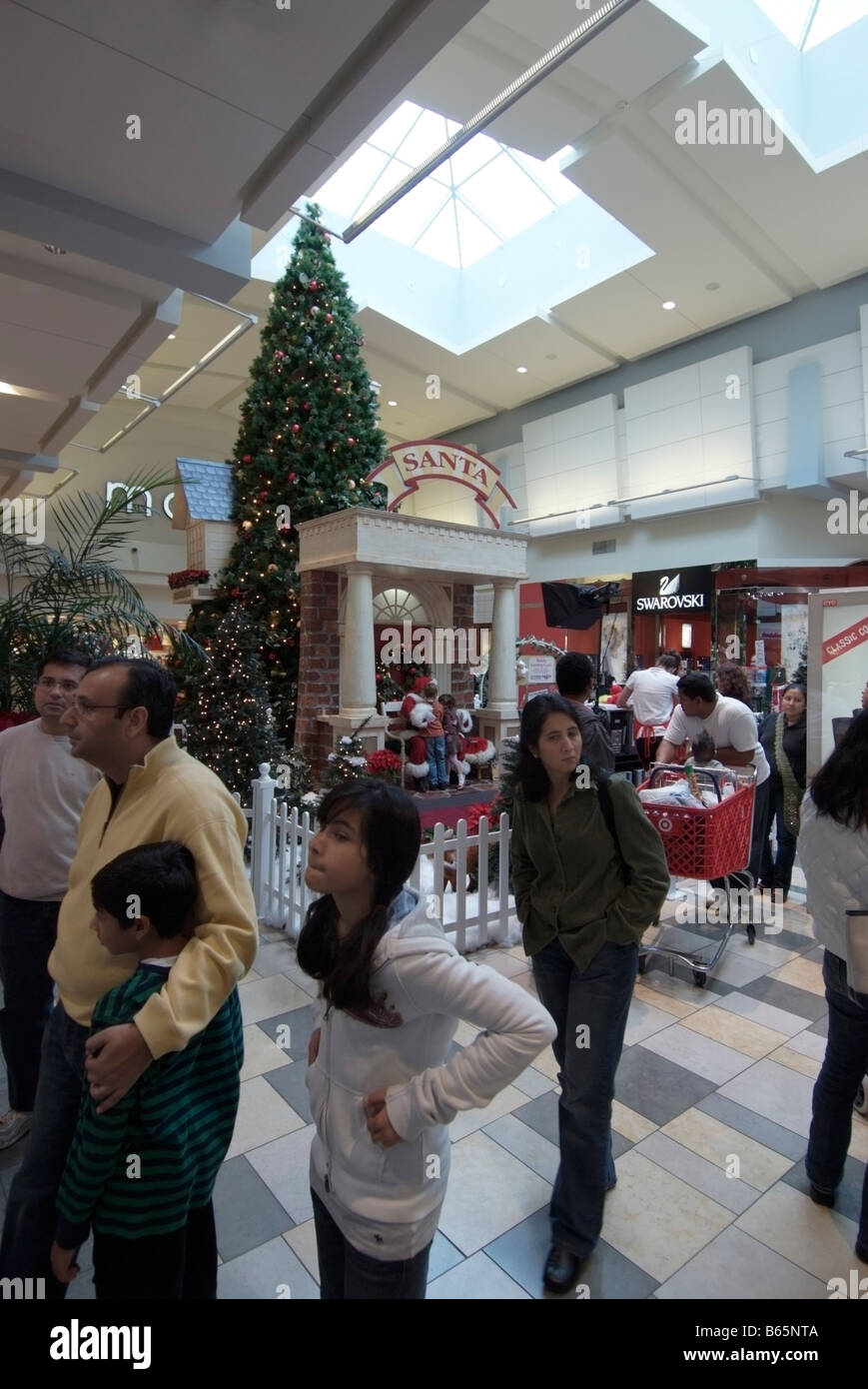 Early Christmas shoppers inside of a major shopping mall in San Jose, CA, on Black Friday 11/28/2008 - Stock Image