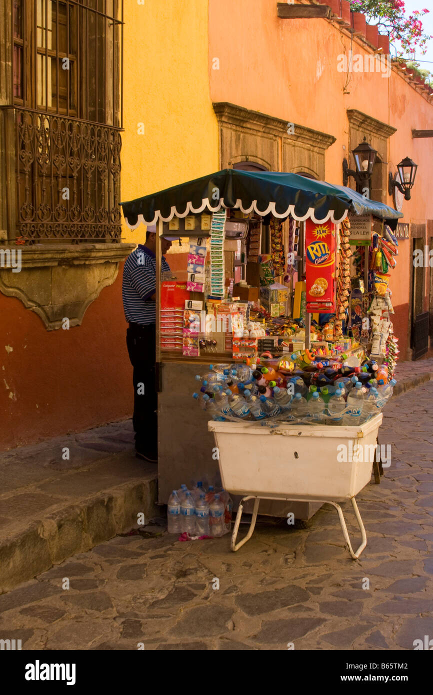 A vendor and his cart near the jardin in San Miguel de Allende, Mexico. - Stock Image