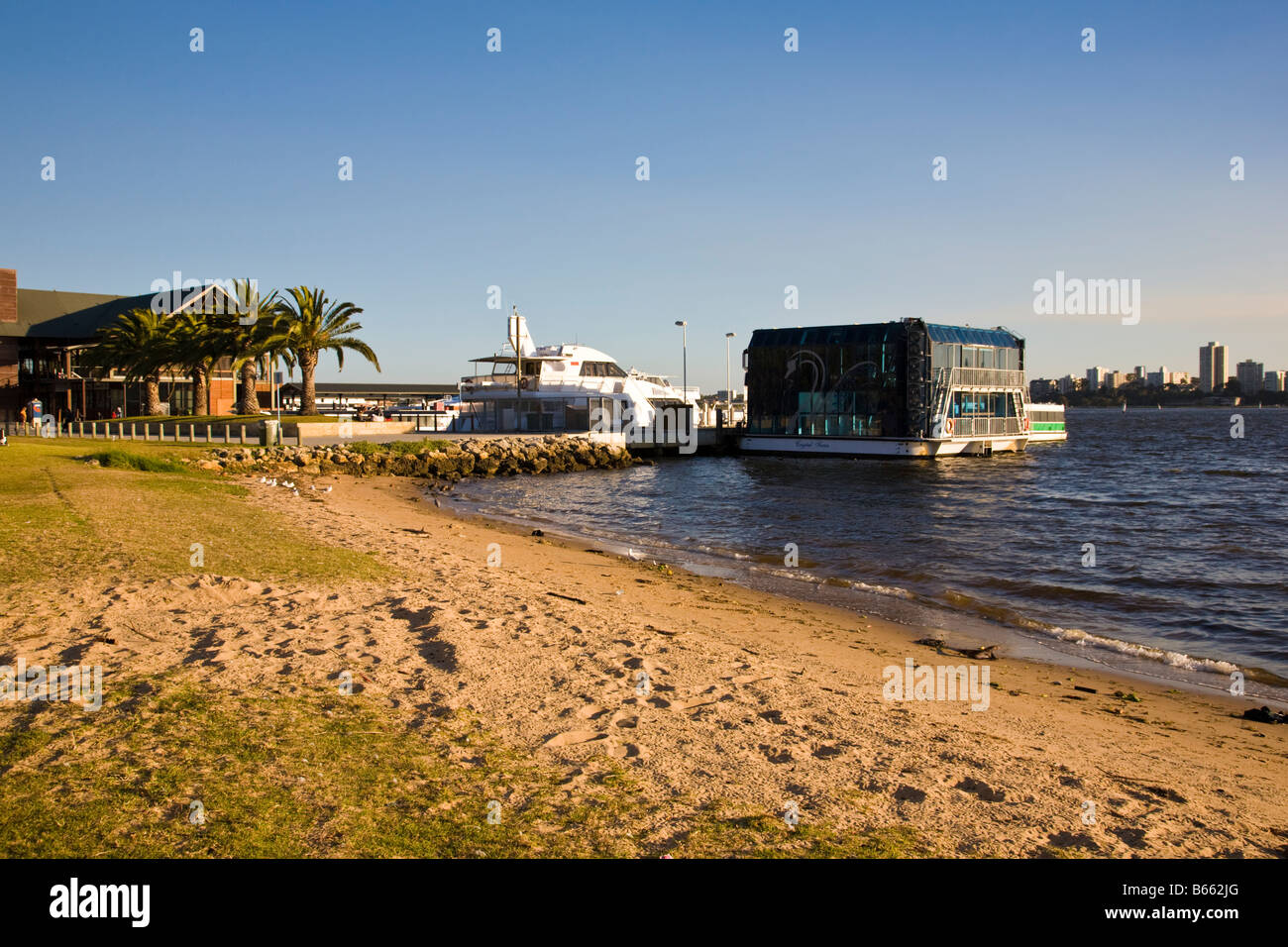 Next to the river Swan with the barrack street Jetty in the background - Stock Image
