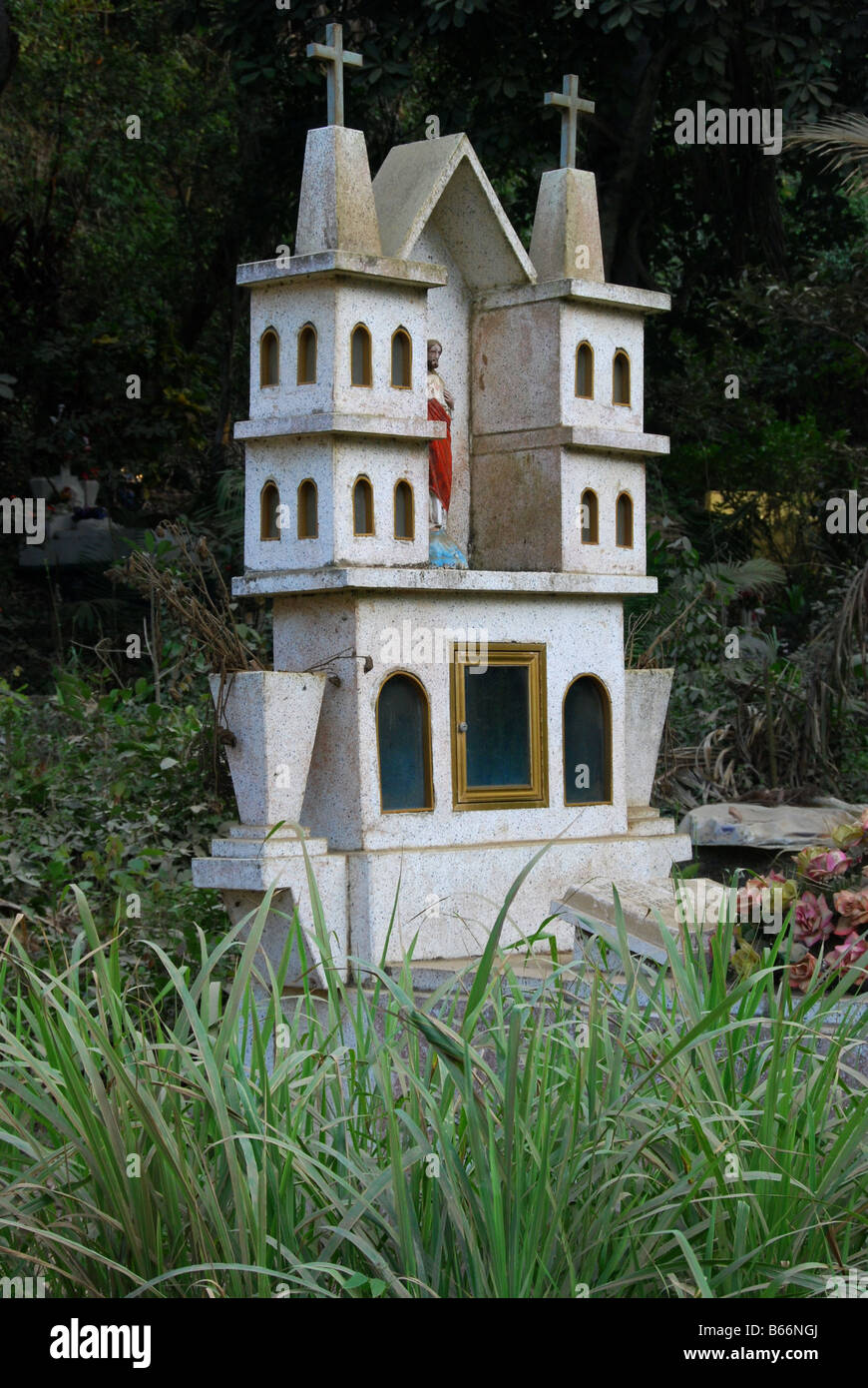 folkloric tomb surrounded by jungle vegetation in Sayulita, Mexico - Stock Image