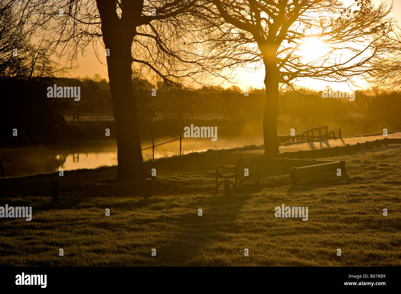 Sunrise on the banks of the River Bann, Portadown, on a frosty winter's morning - Stock Image