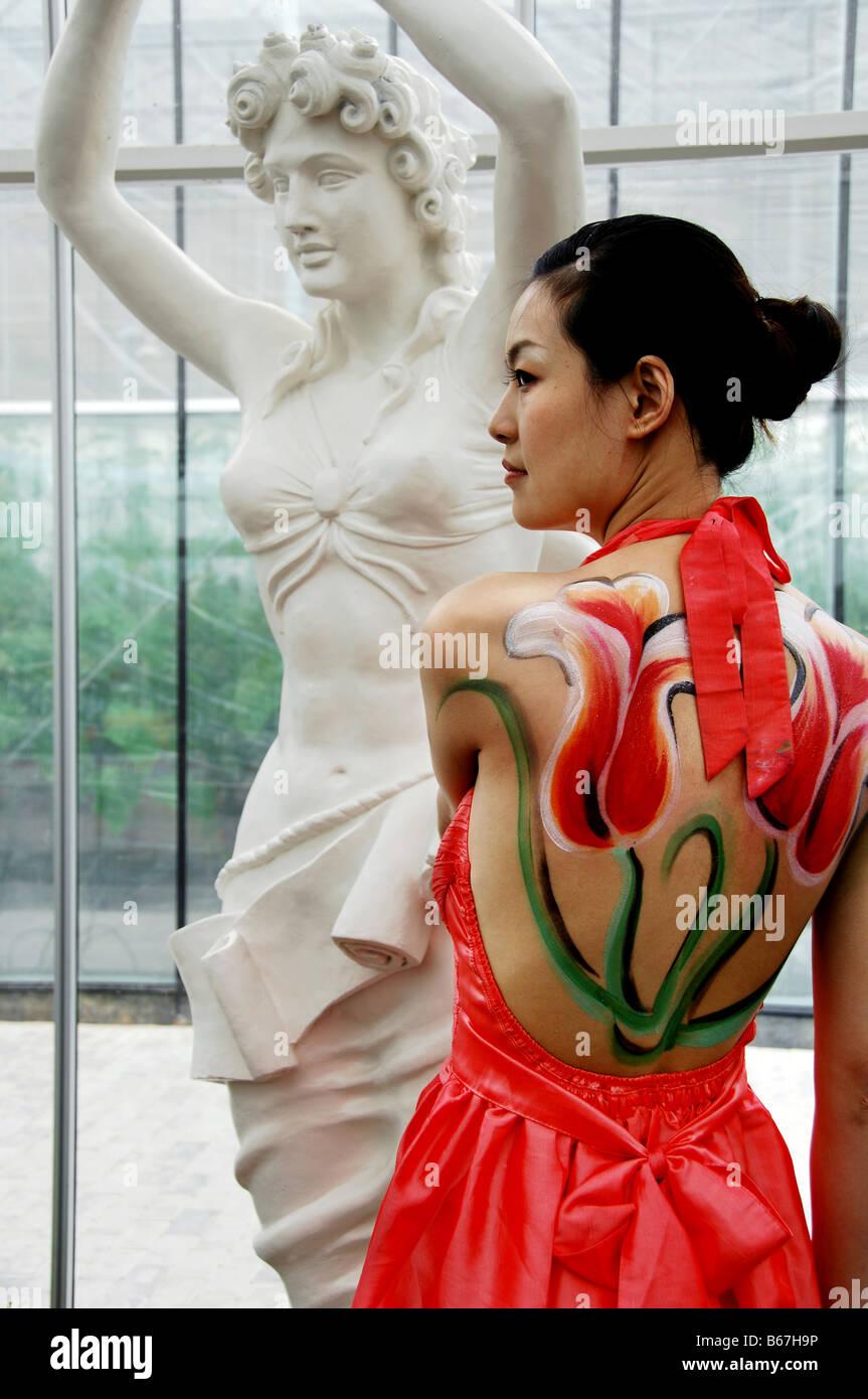 Model showcase body painting, Shanghai, China - Stock Image