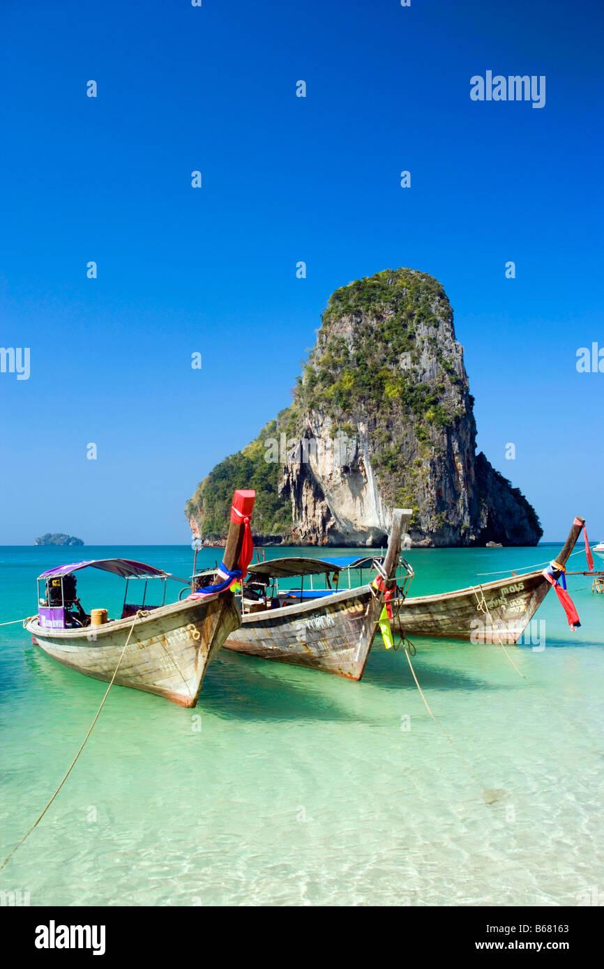 Anchored boats, chalk cliff in background, Phra Nang Beach, Laem Phra Nang, Railay, Krabi, Thailand, after the tsunami Stock Photo