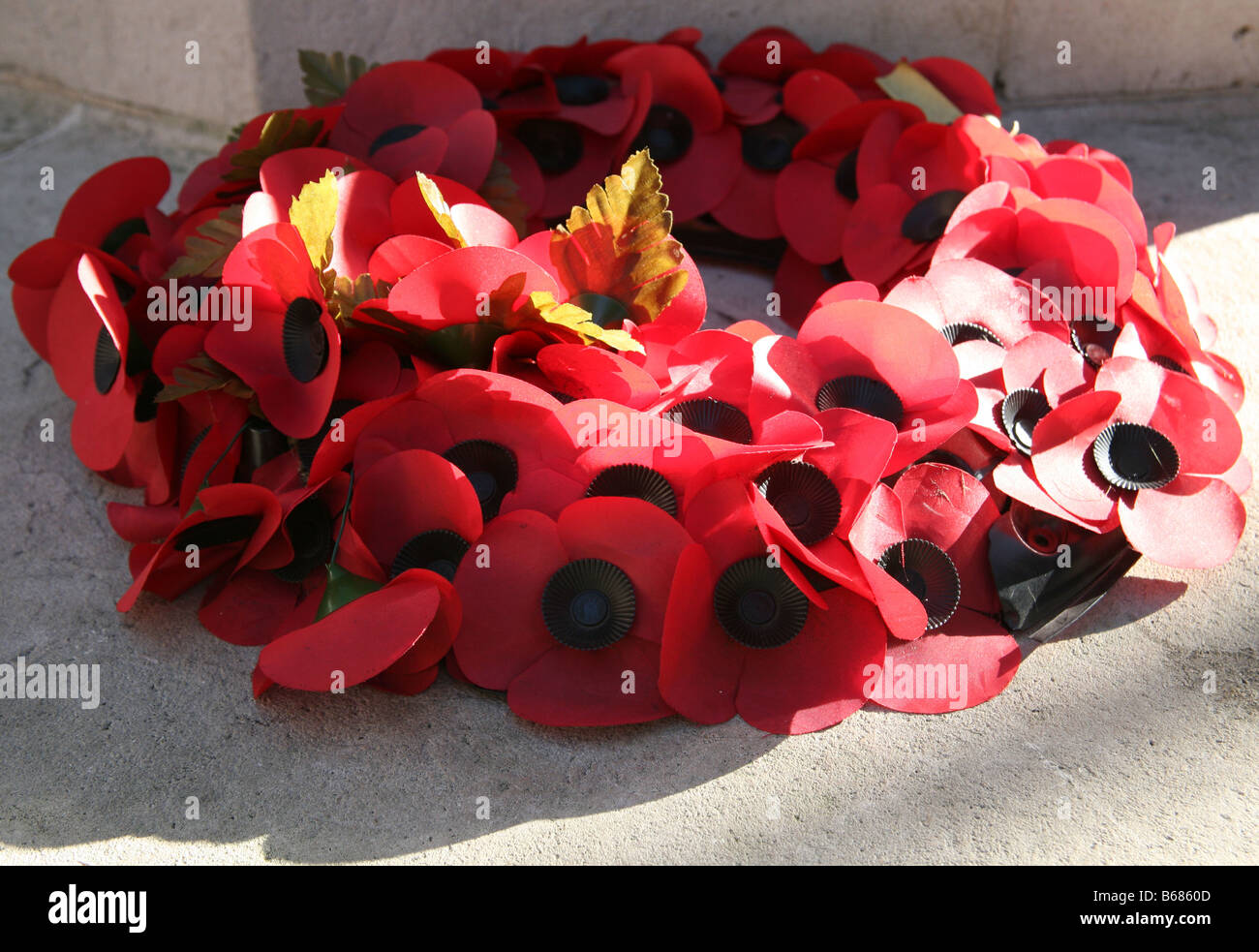Wreath of poppies on London war memorial - Stock Image