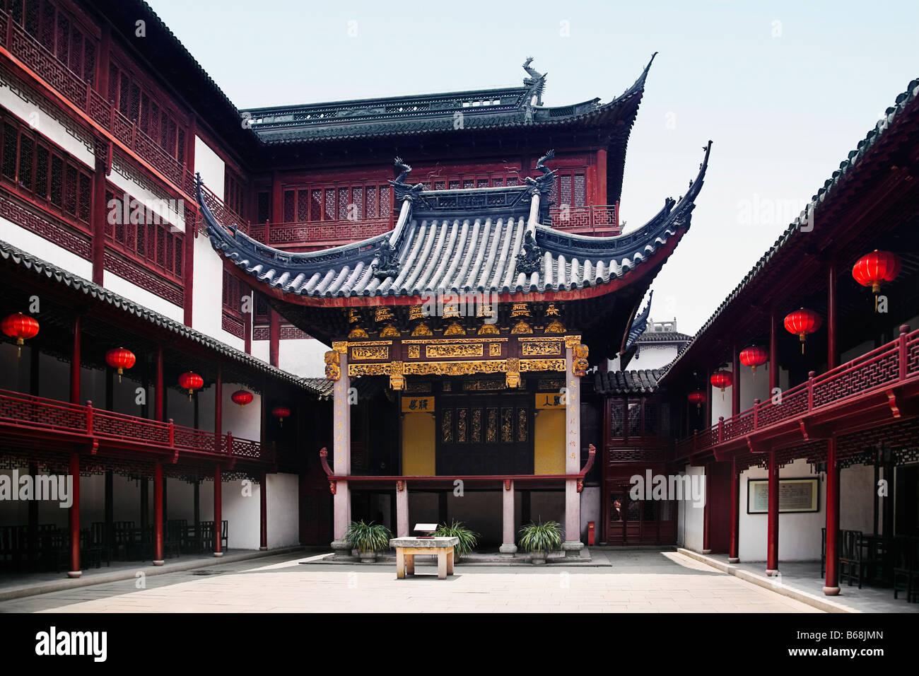 Courtyard of a building, Yu Yuan Gardens, Shanghai, China - Stock Image
