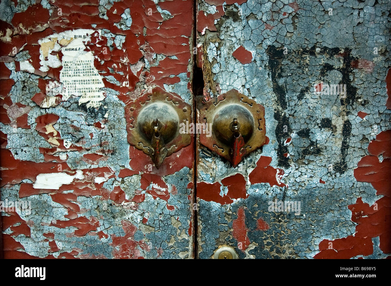 old huttong door with copper knockers - Stock Image