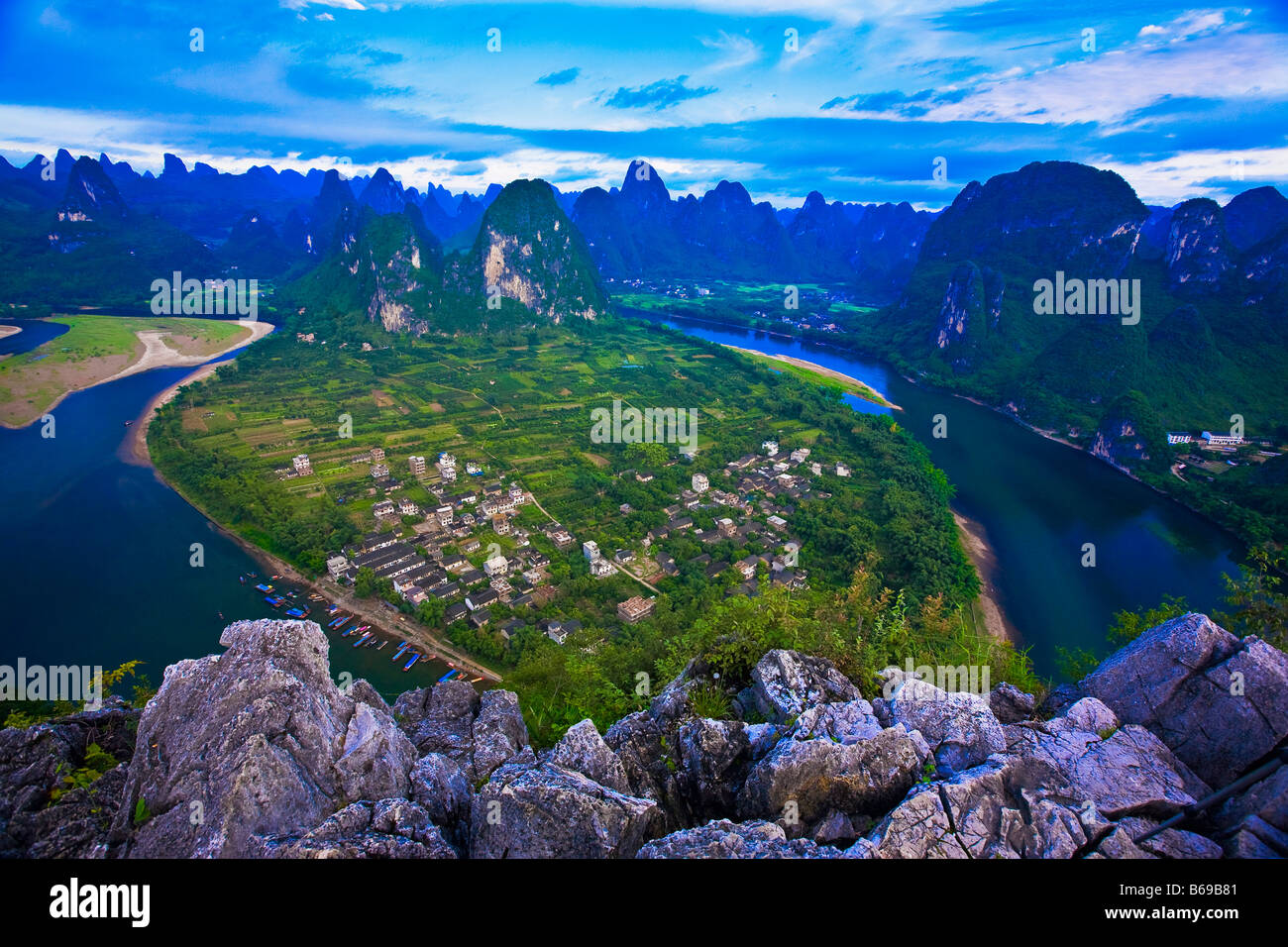 High angle view of a river passing through mountains, Li River, XingPing, Yangshuo, Guangxi Province, China - Stock Image
