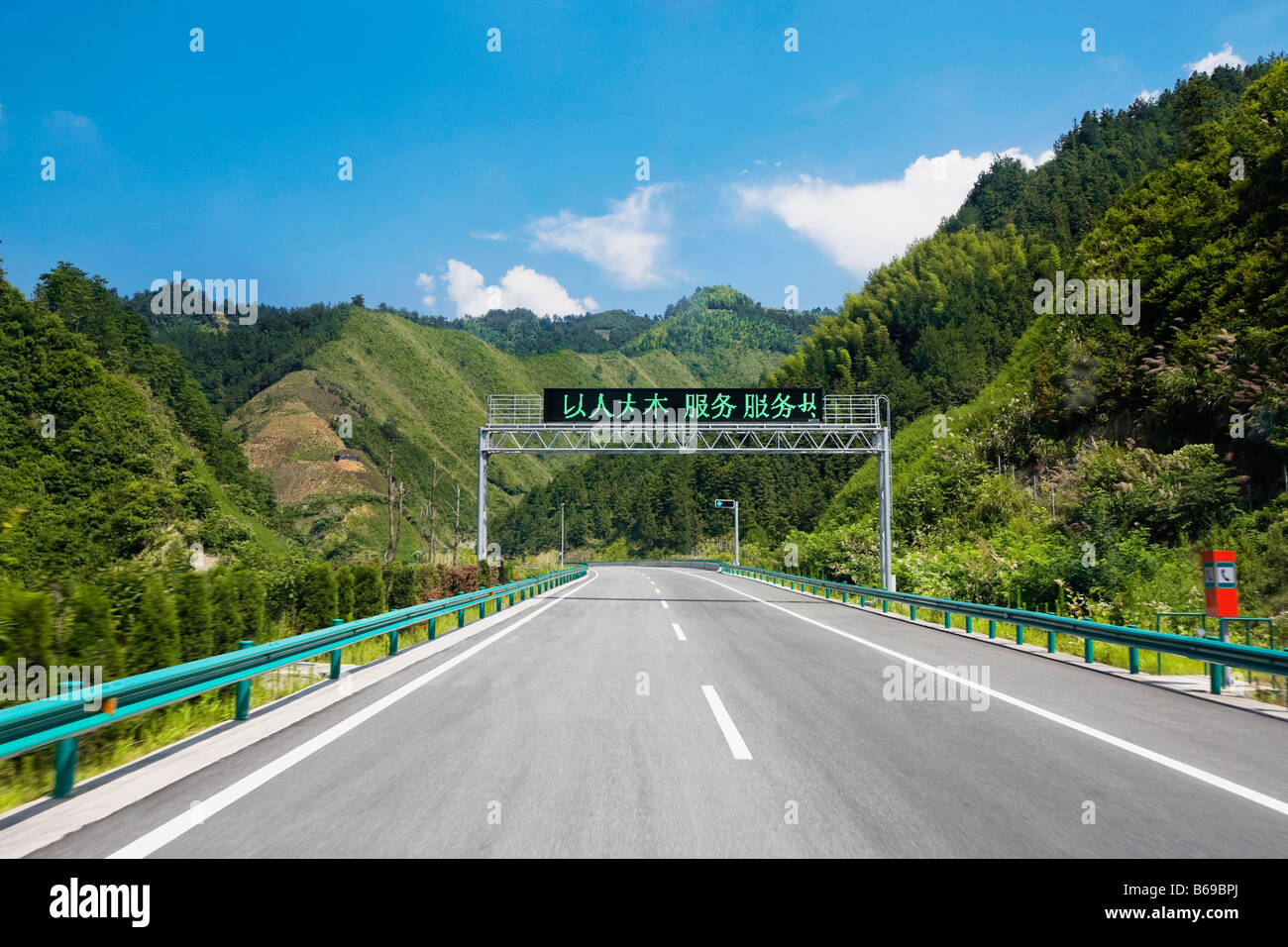 Road passing through mountains, Huangshan Mountains, Anhui Province, China - Stock Image