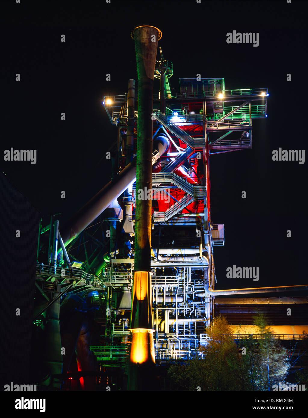 inoperative old steelwork at night at Duisburg Meiderich Germany Stahlwerk bei Nacht  im Landschaftspark Duisburg - Stock Image