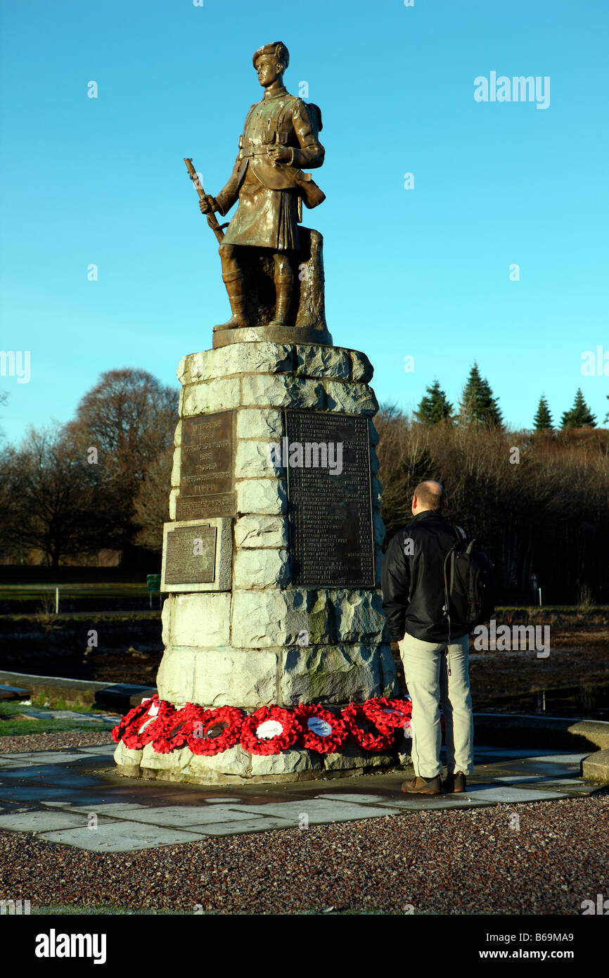 man reading words on WW1 war memorial - Stock Image