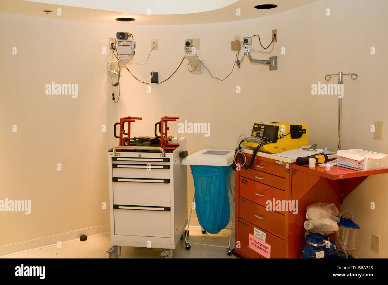 Medical procedure room with crash cart, security cameras, medicine cabinet and IV pole - Stock Image