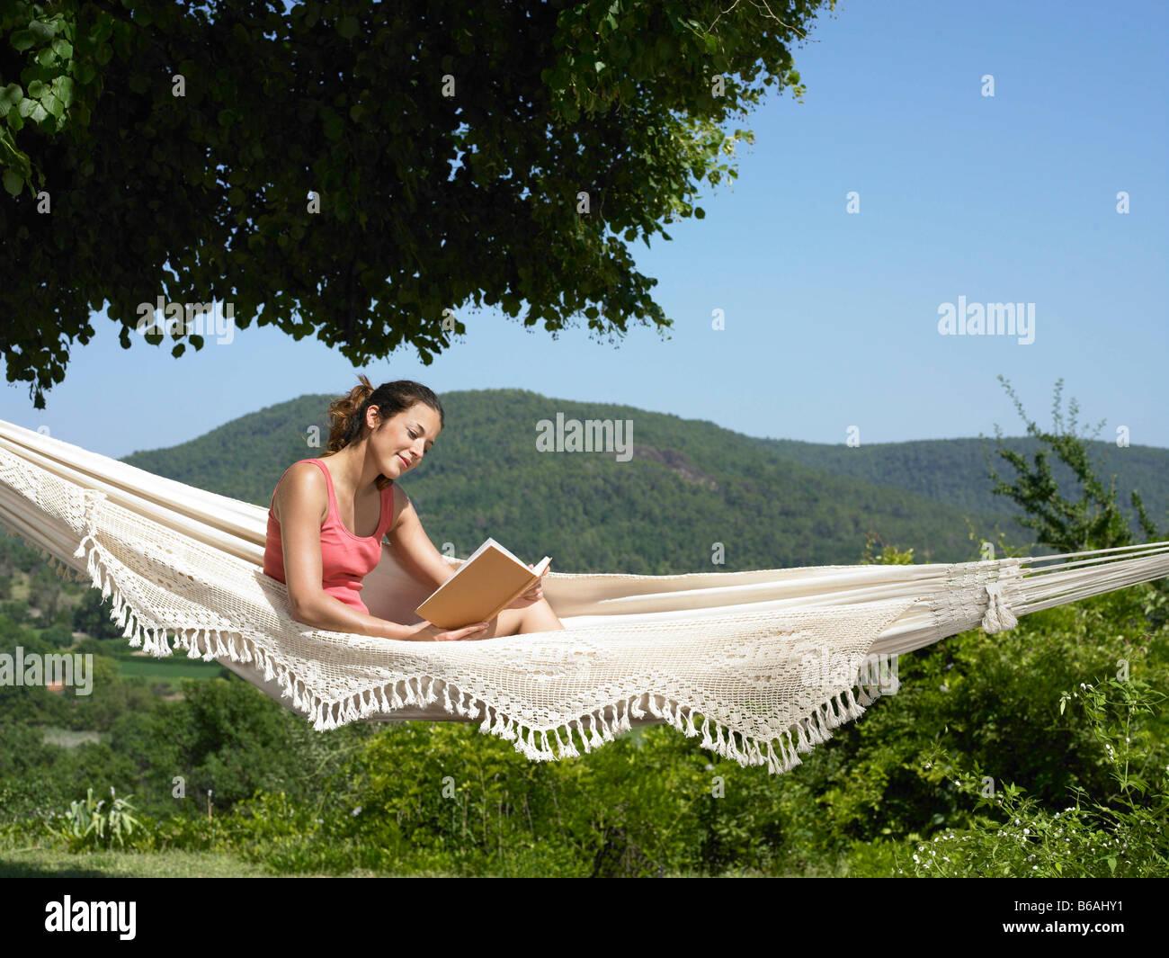Girl reading in hammock - Stock Image