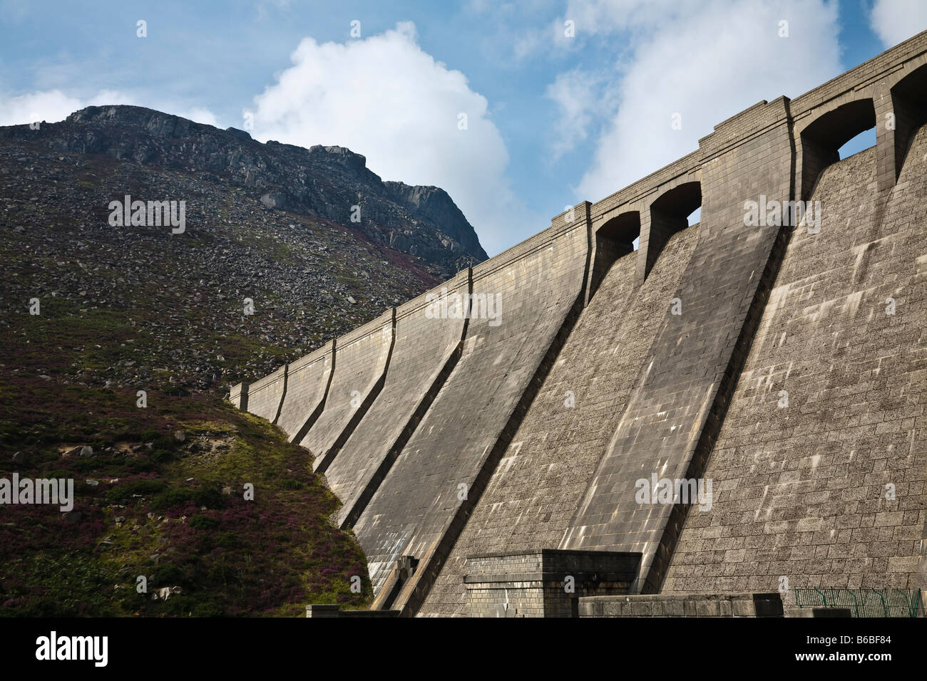 Ben Crom dam and Ben Crom Mountain, Silent Valley, Mourne Mountains, County Down, Northern Ireland - Stock Image