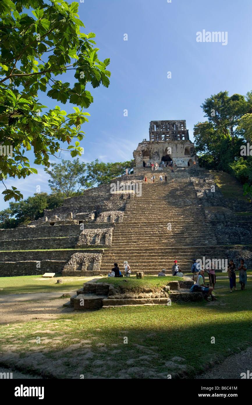 Mexico, Chiapas, Palenque, Tourists at Maya ruins. - Stock Image