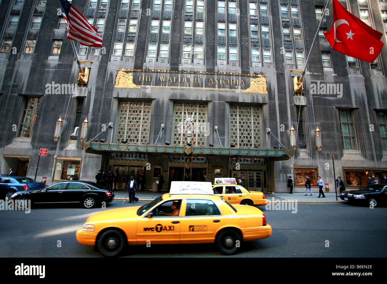 Taxi in front of the Waldorf Astoria luxury hotel in Manhattan, New York City, USA - Stock Image
