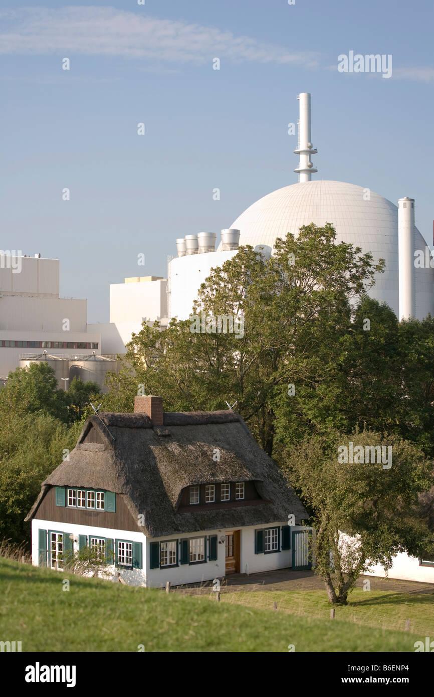 Residential home next to the Kernkraftwerk KKW Brokdorf or Brokdorf Atomic Power Station, Elbe, Schleswig-Holstein, - Stock Image