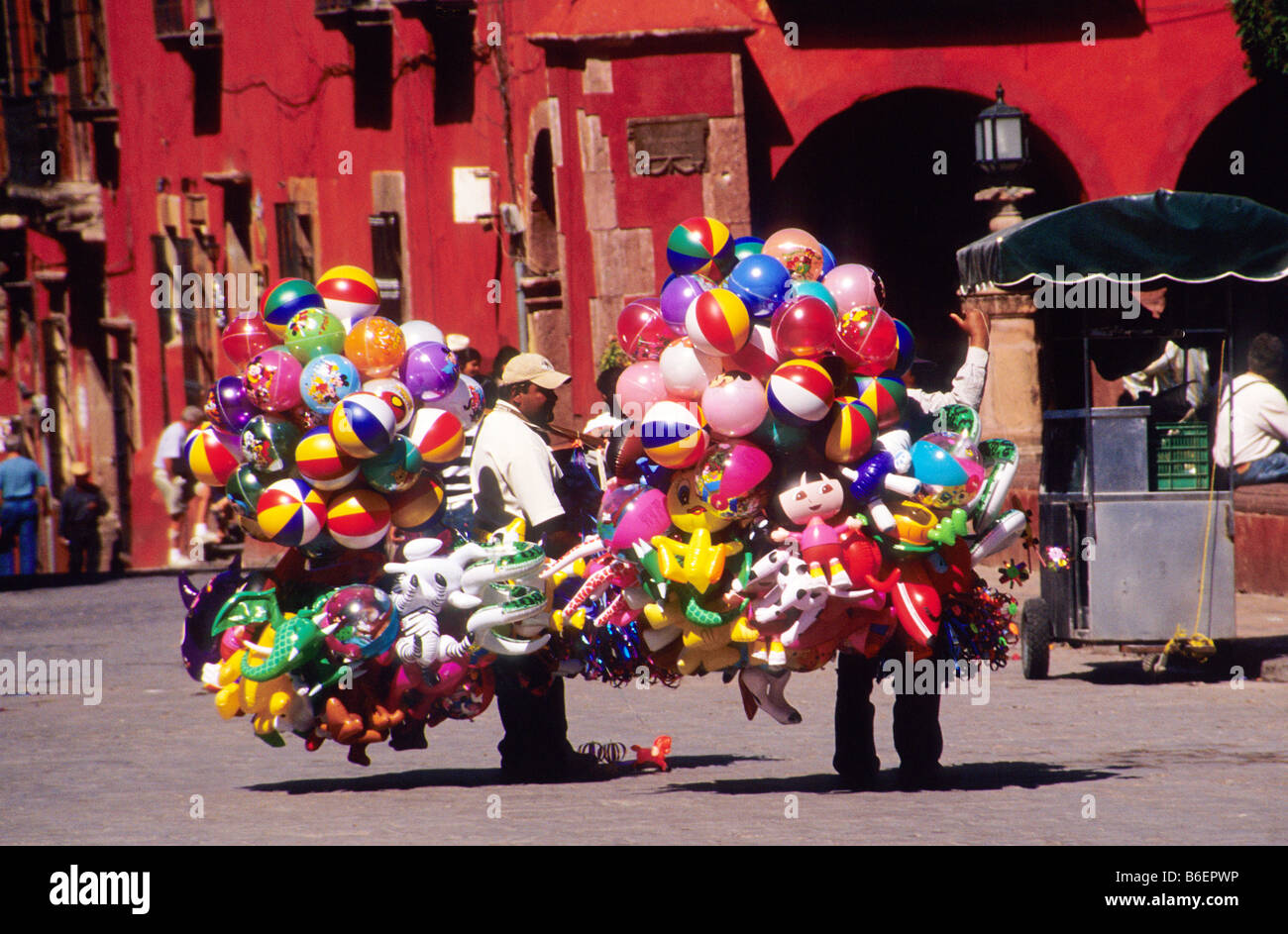 Vendors selling balloons in the Jardin, San Miguel de Allende, Mexico - Stock Image