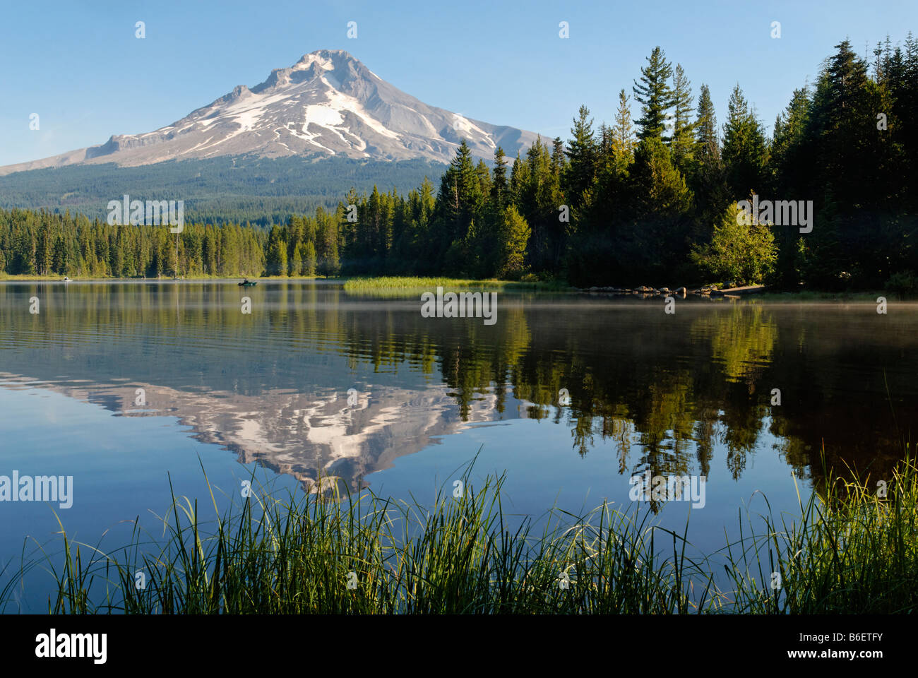 Trillium Lake and Mount Hood volcano, Cascade Range, Oregon, USA Stock Photo