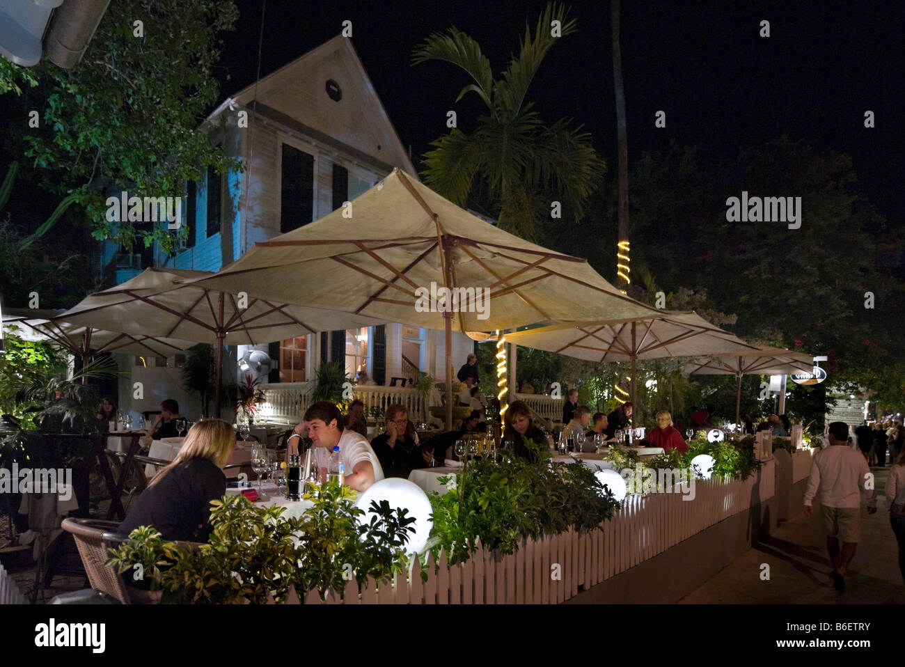 Young couple at an outdoor restaurant on Duval Sreet at night, Old Town, Key West, Florida Keys, USA - Stock Image