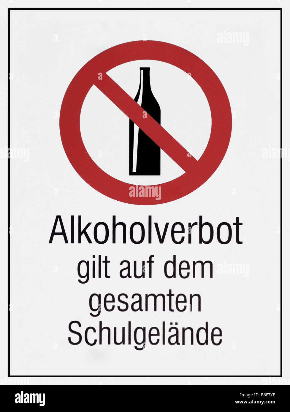 Sign, Alkoholverbot gilt auf dem gesamten Schulgelaende, alcohol ban in force on the entire school property - Stock Image
