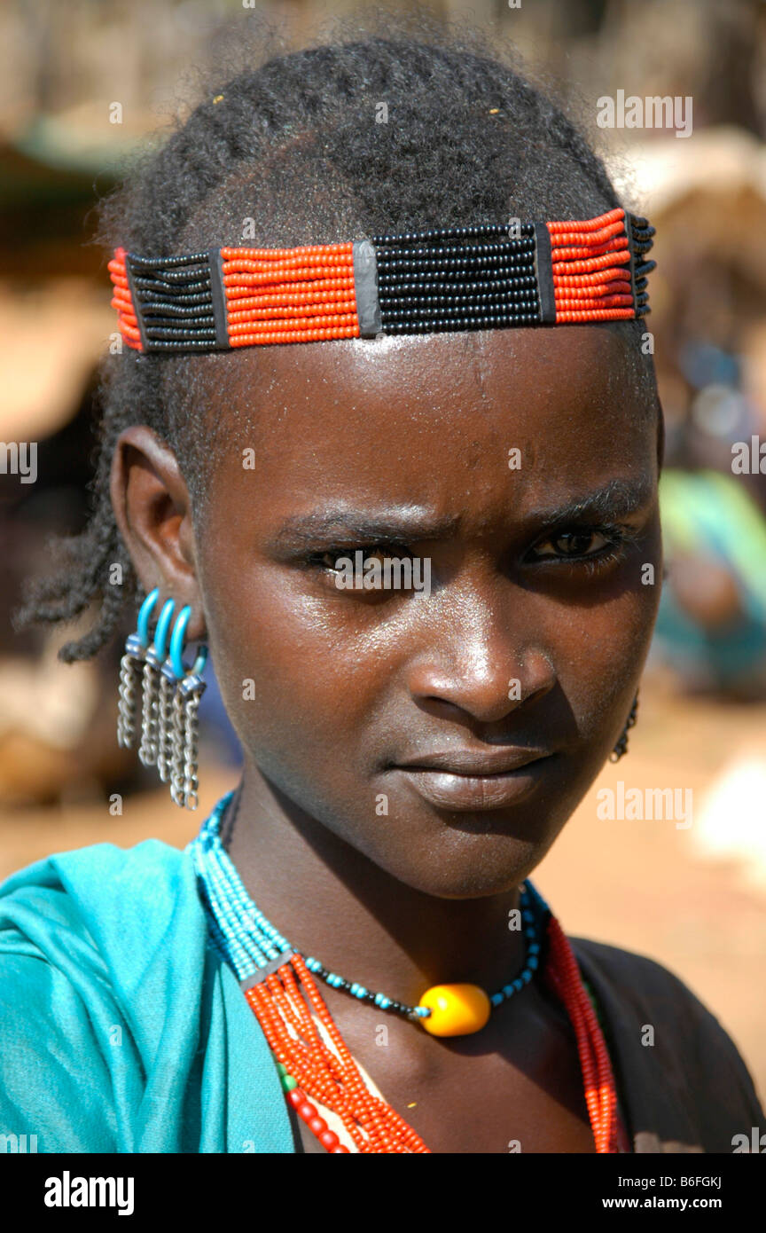 Young woman wearing a colorful bead headband, portrait, at the markets in Dimeka, Ethiopia, Africa - Stock Image