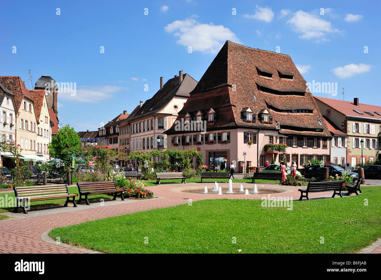 Place du Saumon Square, and the Maison du Sel salt house, Wissembourg, Nordvogesen Nature Reserve, Vogesen, Alsace, - Stock Image