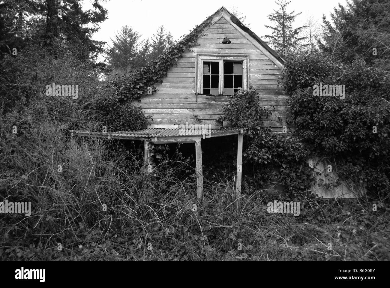 Old abandoned house falling down - Stock Image