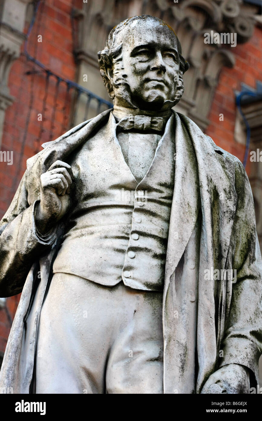 Statue in Kidderminster of Sir Rowland Hill KCB Postal reformer who originated the basic concepts of the modern - Stock Image
