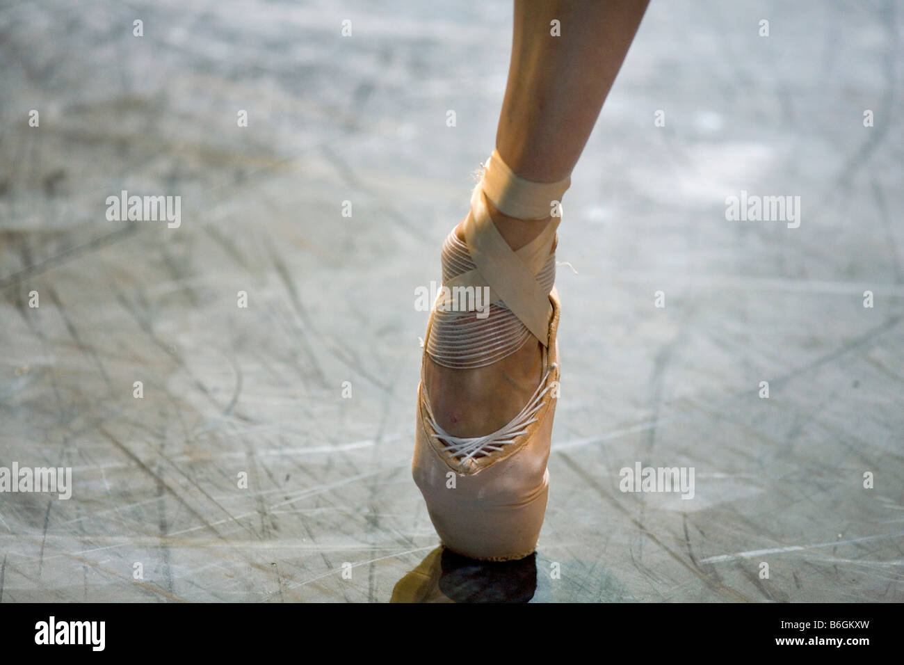 A ballet dancer from the English National Opera on pointe - Stock Image