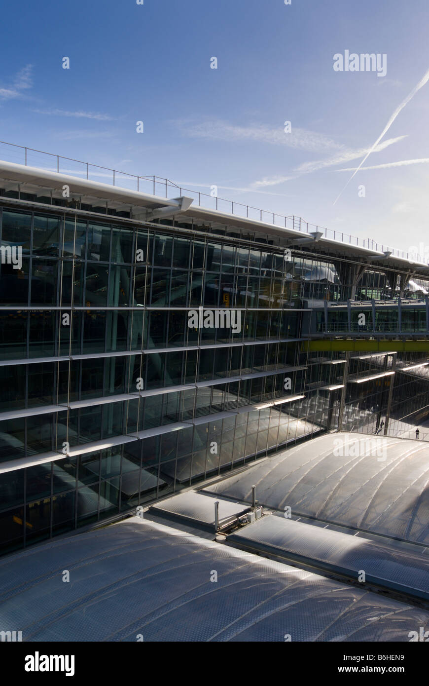 Outdoor view of Terminal 5 at Heathrow Airport. Modern buildings. - Stock Image