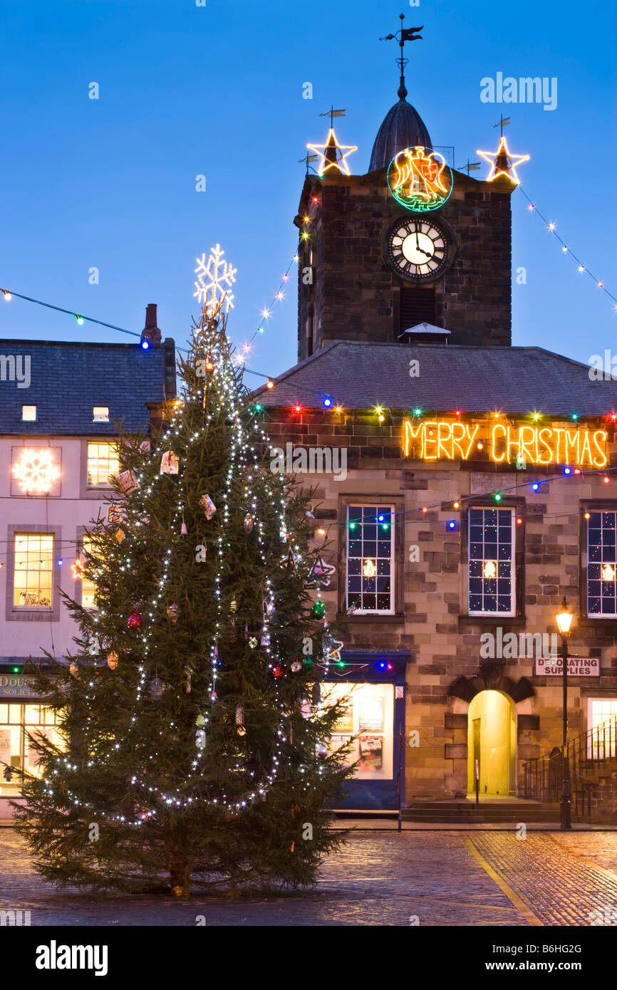 The market place in the town of Alnwick in north Northumberland dressed in Christmas lights - Stock Image