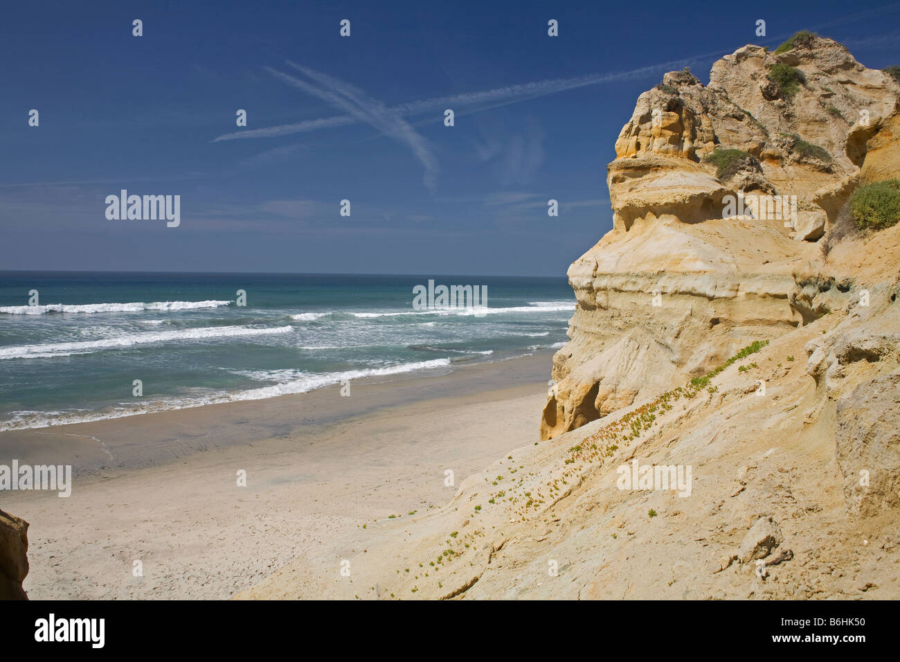 CALIFORNIA - Weathered and eroded sandstone bluffs along the Pacific Coast near Flat Rock in Torrey Pines State - Stock Image