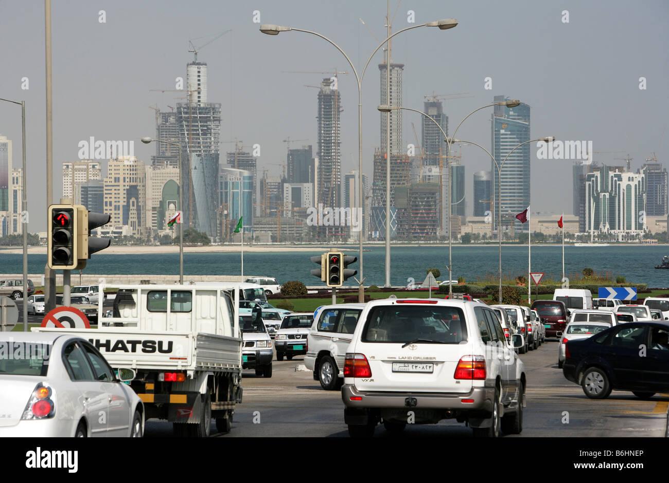 Qatar Hauptstadt Doha Corniche Doha Bay Neubau Hochhausviertel am Nordufer der Corniche Feierabendverkehr Stock Photo