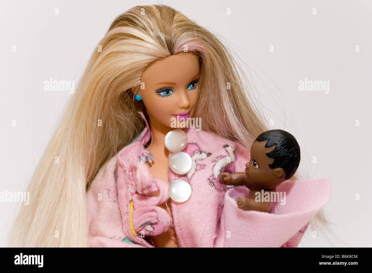 White mother with black child - concept of multicultural family, different ethnic backgrounds - Stock Image