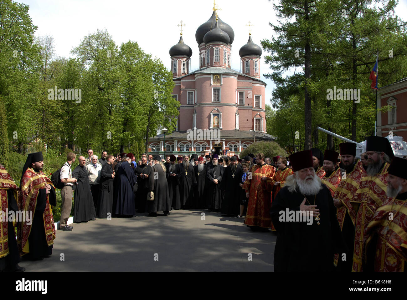 Priests waiting for arrival of Metropolitan Laurus in front of New Cathedral, Donskoy Monastery, Moscow, Russia - Stock Image
